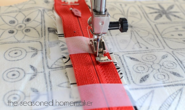 There is no need to be afraid of inserting a zipper because it is easy to install. I'll show you how simple it really is in this step-by-step tutorial. You'll be an expert in no time at all.