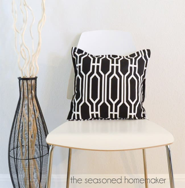 http://www.seasonedhomemaker.com/2014/02/diy-throw-pillows.html